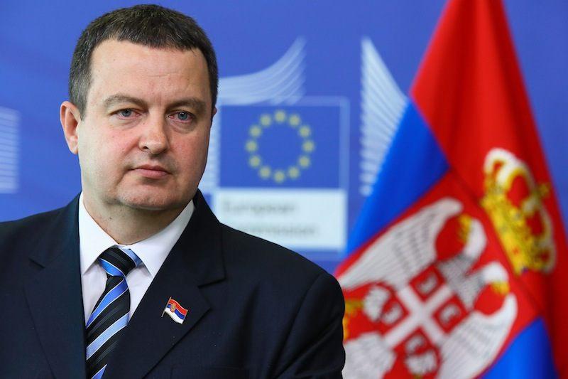 Ивица Дачич (вице-премьер Сербии) на фоне флага Евросоюза