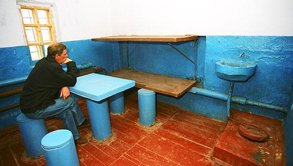 Тюремная камера в цветах российского флага