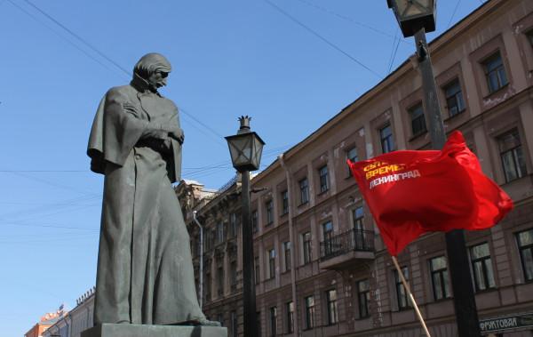 20130317, Малая Конюшенная, Гоголь смотрит на флаг