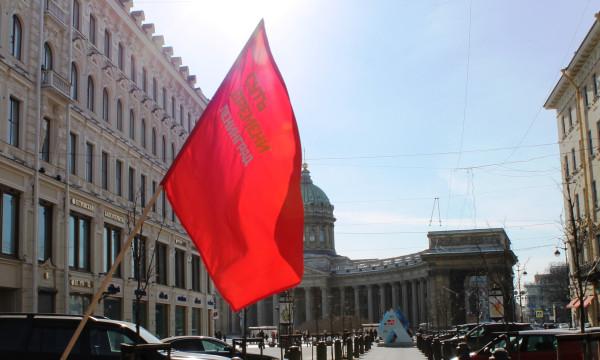 20130317, Малая Конюшенная, флаг на фоне Казанского собора