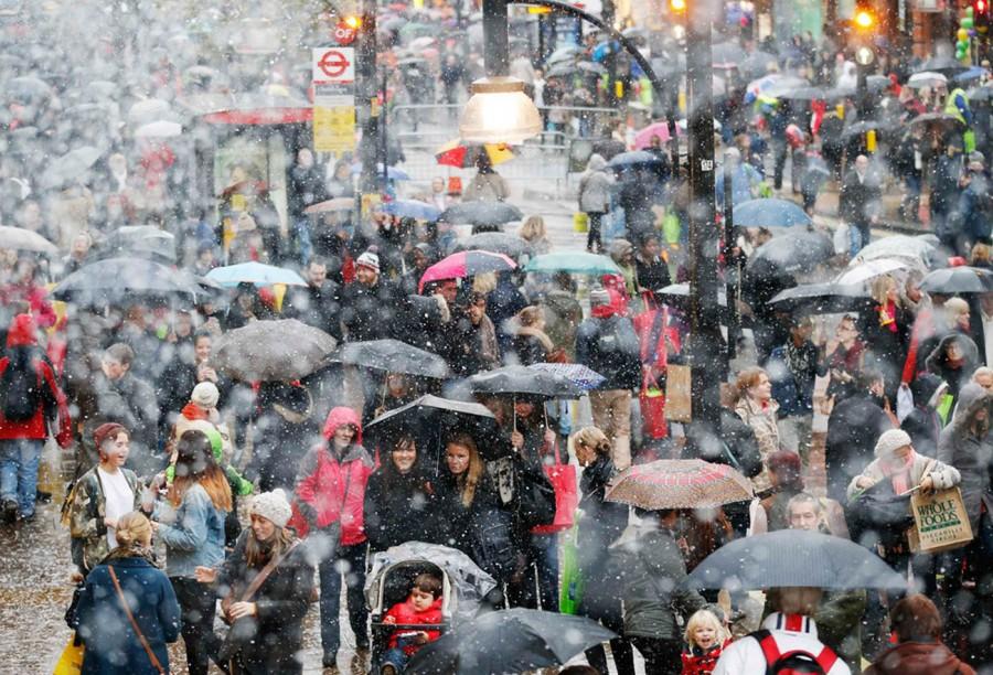 Поток людей на католическое рождество где-то в Европе