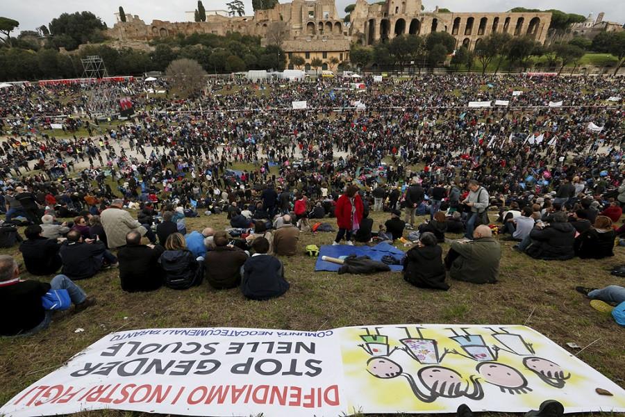 Рим, 30 января 2016. Тысячи итальянцев в Большом Цирке в день Семьи протестуют против легализации однополых браков