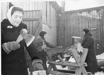 Комсомолки, члены бытового отряда (слева направо): М.Савельева, О.Михайлова и М.Федотова, за заготовкой дров для и инвалидов Отечественной войны.