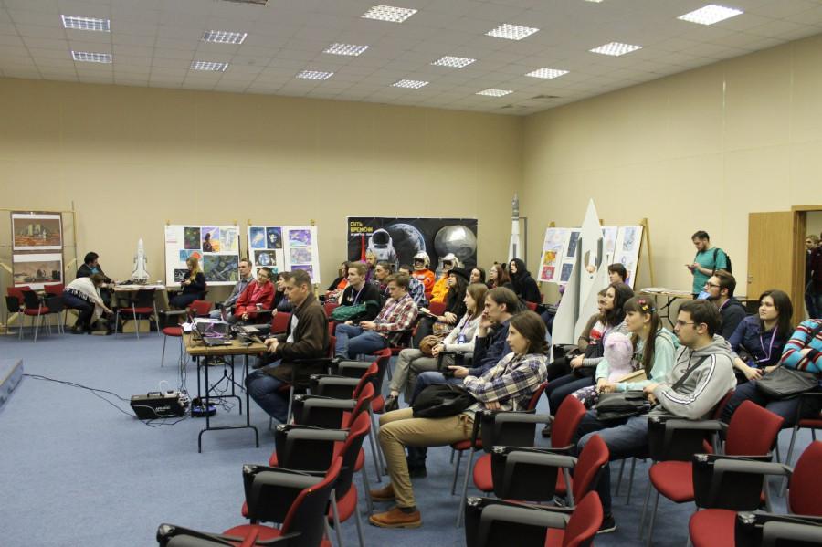 Публика слушает доклад