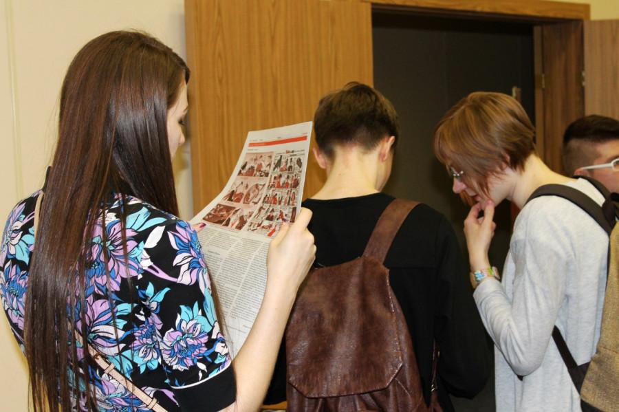 Народ читает газету. Там та самая статья о комиксах