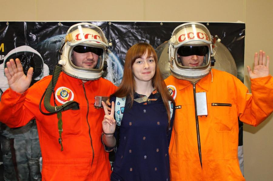 Посетители с удовольствием фотографировались с нашими космонавтами...