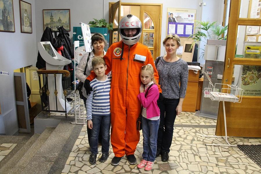 Участники конкурса из лицея №179 с нашим космонавтом