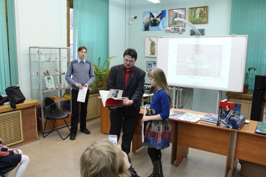 Диана Юданова получает приз зрительских симпатий за рисунок «Лунный ход»