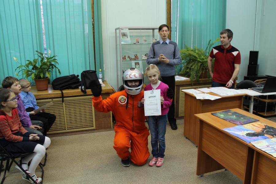 Вероника Гайдарович с дипломом за 3-е место в номинации «Лучший детский рисунок» и наш космонавт
