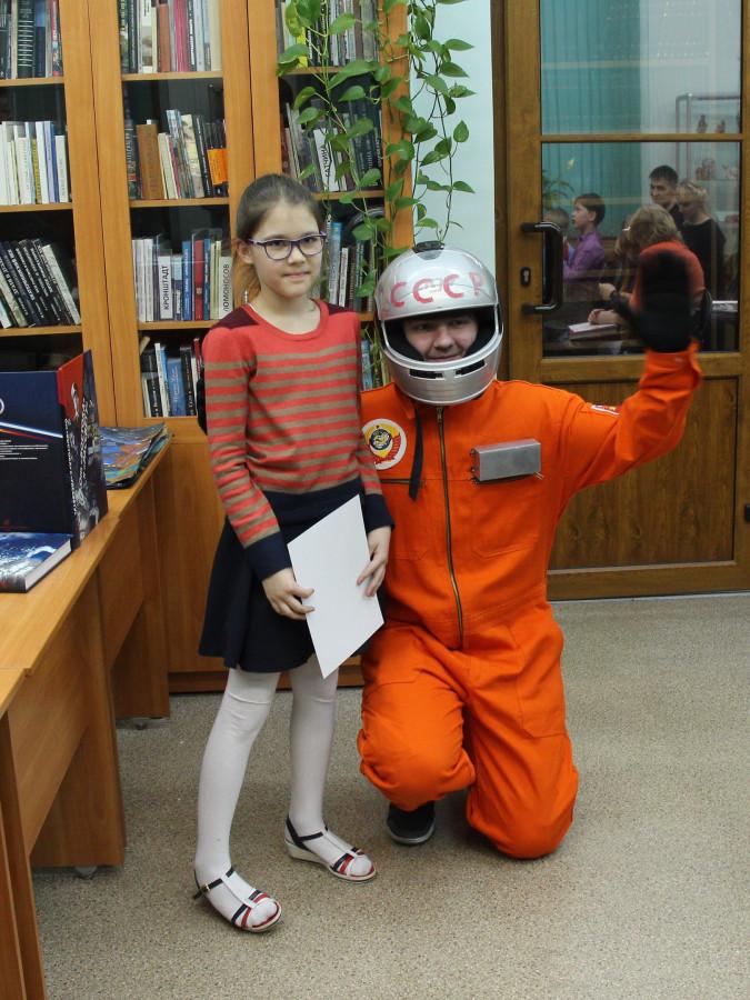 Ксюша Алева с дипломом за 2-е место в номинации «Лучший детский рисунок» и наш космонавт