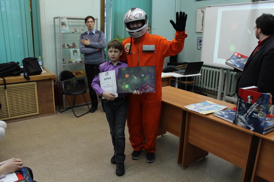 Савва Казаков с рисунком «Скоро домой», с дипломом за 1-е место в номинации «Лучший детский рисунок» и наш космонавт