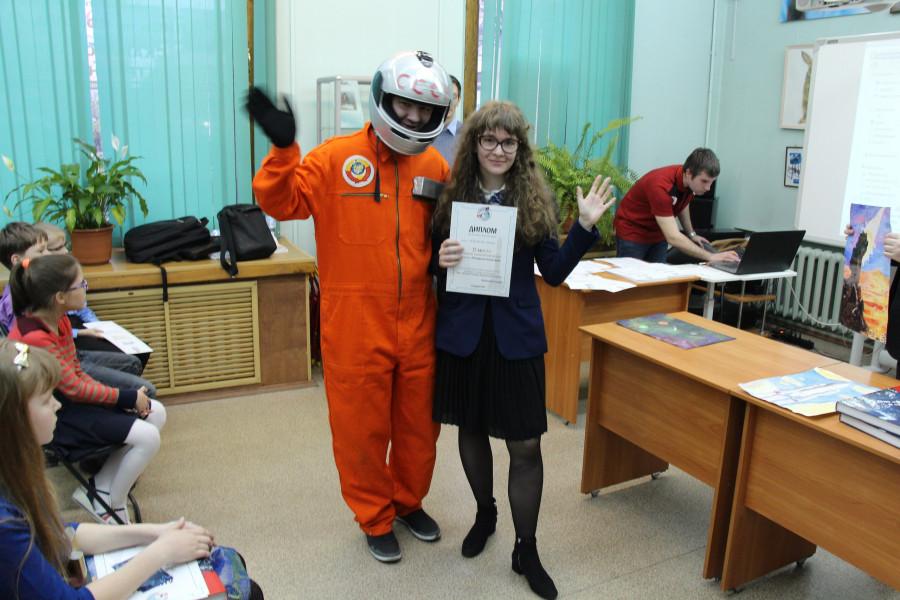 Анастасия Пинчук с дипломом за 2-е место в номинации «Лучший юношеский рисунок» и наш космонавт