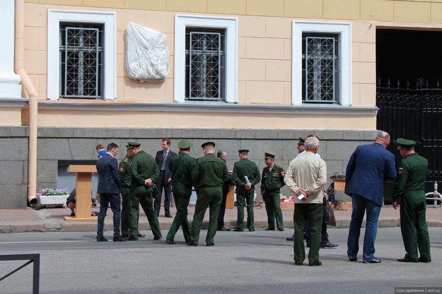 Некое движение вокруг доски- к трибуне подводят микрофон, военные расслабленно разговаривают