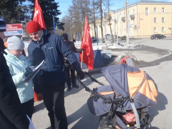 20130317, Красное село, подписывающийся с коляской