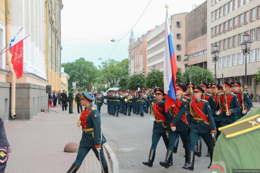 Почетный караул под «Прощание славянки» покидает место, где только что была открыта доска Маннергейму, чужому для города-героя Ленинграда герою