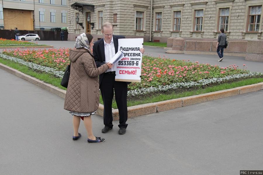 IMG_9411 Прохожая подписывается у пикетчика перед ЗАКСом против антисемейных законов.jpg
