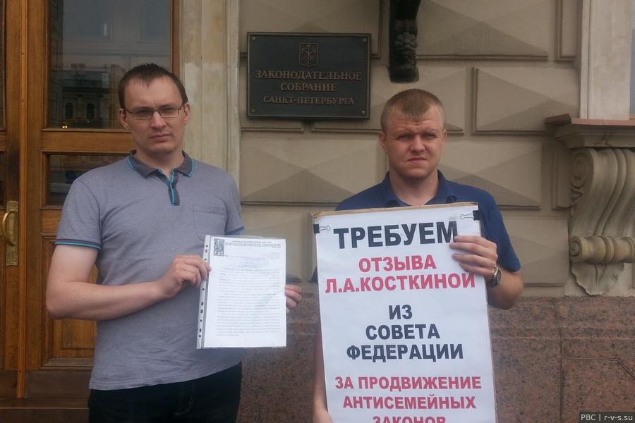 20160704 Активисты держат плакат и открытое письмо переда ЗАКСом.jpg