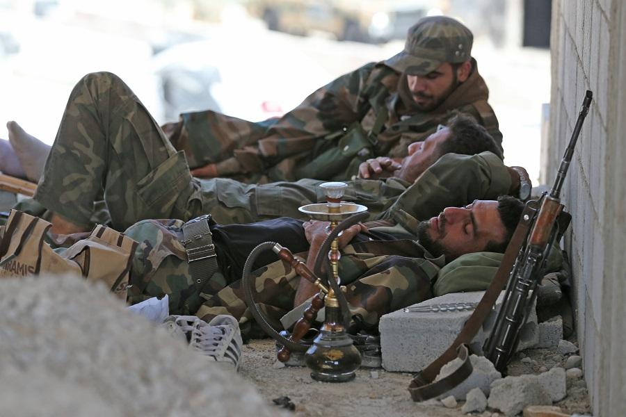 13 сентября 2013 года. Сирийский солдат отдыхает на посту безопасности около города Маалул. Фото Михаила Почуева. Syrian soldier rest at a security checkpoint near Maalul city. http://tass.ru/en/world/701045