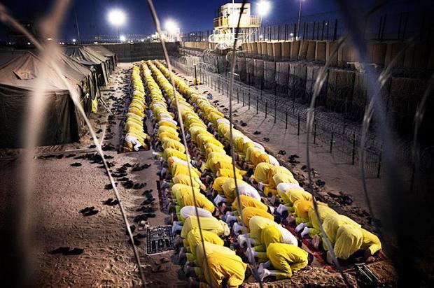 Кэмп Букка, заключенные молятся