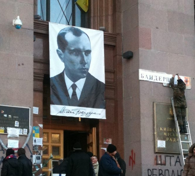 Портрет союзника нацистов Бандеры на здании Рады в Киеве в январе 2014 года