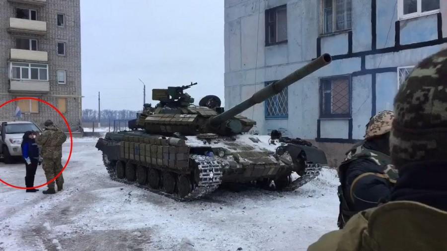 Танк ВСУ своим присутствием в Авдеевке 2 февраля 2017 нарушает Минские соглашения. Рядом с танком сотрудница ОБСЕ