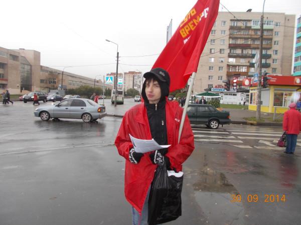 Колпино, пикетчик на углу бул. Трудящихся и ул. Веры Слуцкой, фото 2