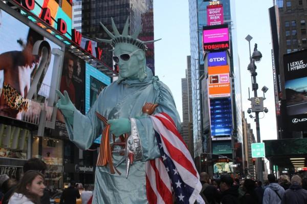 2014.05.04 Таймс-сквер, статуя Свободы раздаёт георгиевские ленточки