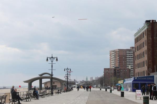 2014.05.03 Самолёт с огромной георгиевской лентой над Брайтон-Бич