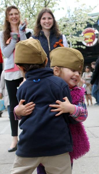 2014.05.03 Перед Брайтон-базаром дети танцуют под военные песни