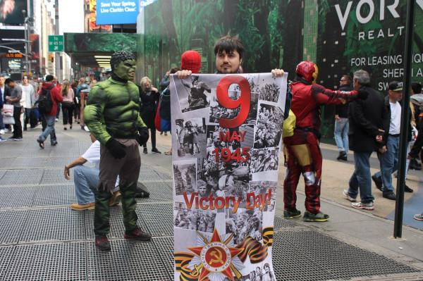2014.05.04 Таймс-сквер, баннер «9 мая» и супергерои из комиксов