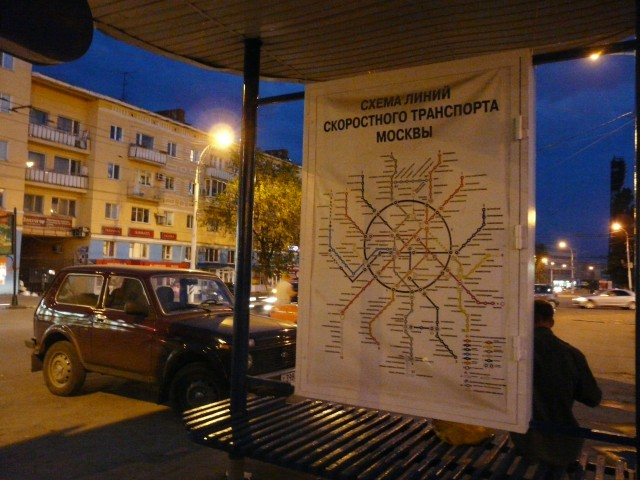 Зачем в Саратове на остановочном павильоне напротив вокзала вывесили схему московского метрополитена.