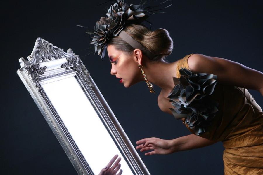 фото женщин перед зеркалом сюжеты