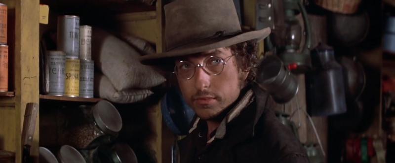 Боб Дилан в эпизоде культового вестерна Pat Garry and Billy The Kid (1973), где впервые в кино прозвучала песня Knocking On Heaven's Door.