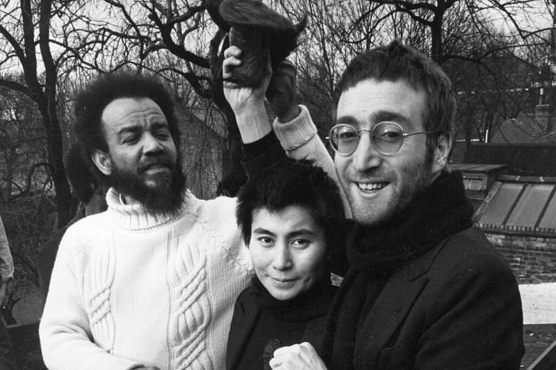 Джон Леннон и Йоко Оно жертвуют состриженные волосы в пользу южноафриканских борцов с апартеидом (1970). Подробности по ссылке ниже.