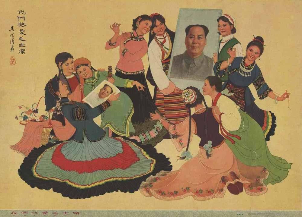 Китайские девушки любуются портретами Председателя Мао