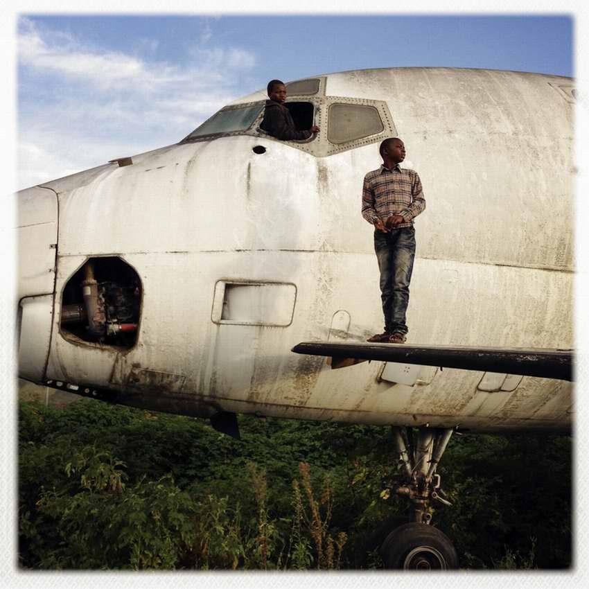 Африканские беспризорники на заброшеной стоянке самолетов в азропорту города Гома в Демократической Республике Конго (2)