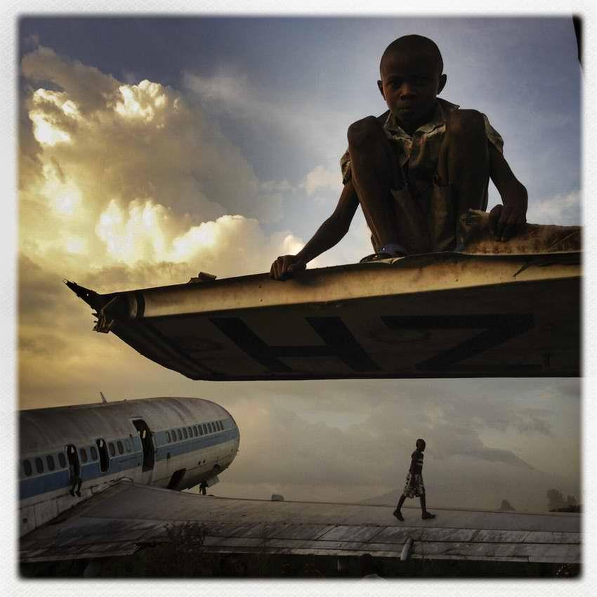 Африканские беспризорники на заброшеной стоянке самолетов в азропорту города Гома в Демократической Республике Конго (1)