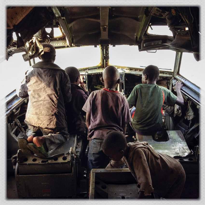 Африканские беспризорники на заброшеной стоянке самолетов в азропорту города Гома в Демократической Республике Конго (4)
