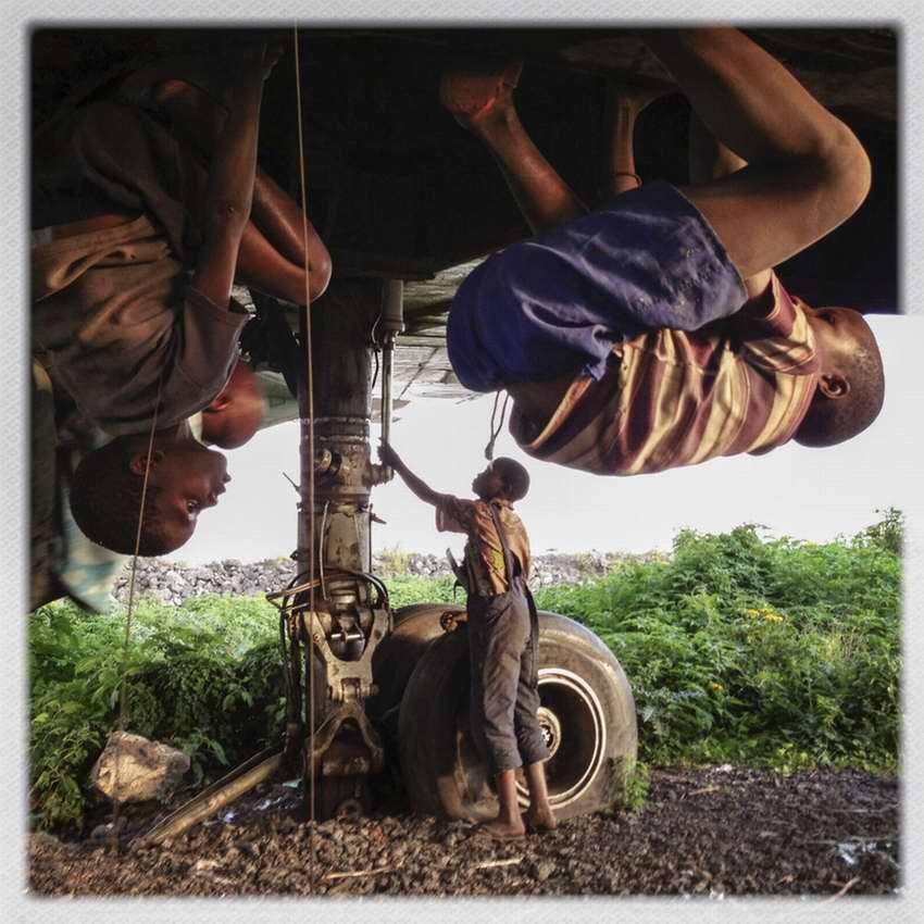 Африканские беспризорники на заброшеной стоянке самолетов в азропорту города Гома в Демократической Республике Конго (6)