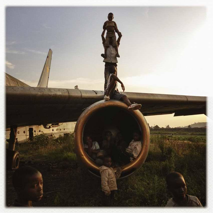 Африканские беспризорники на заброшеной стоянке самолетов в азропорту города Гома в Демократической Республике Конго (8)