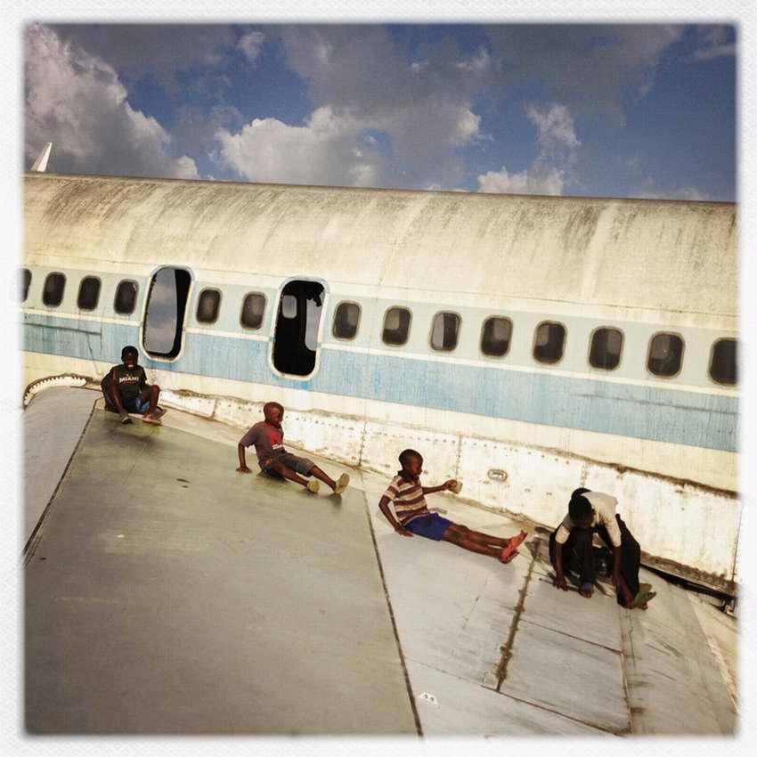 Африканские беспризорники на заброшеной стоянке самолетов в азропорту города Гома в Демократической Республике Конго (9)