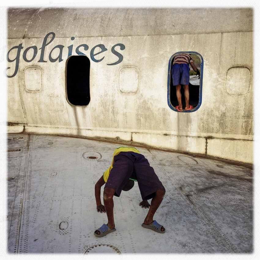 Африканские беспризорники на заброшеной стоянке самолетов в азропорту города Гома в Демократической Республике Конго (10)