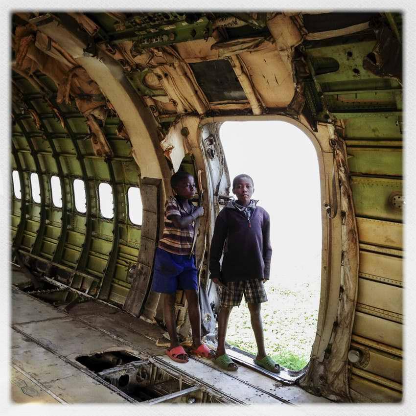 Африканские беспризорники на заброшеной стоянке самолетов в азропорту города Гома в Демократической Республике Конго (11)