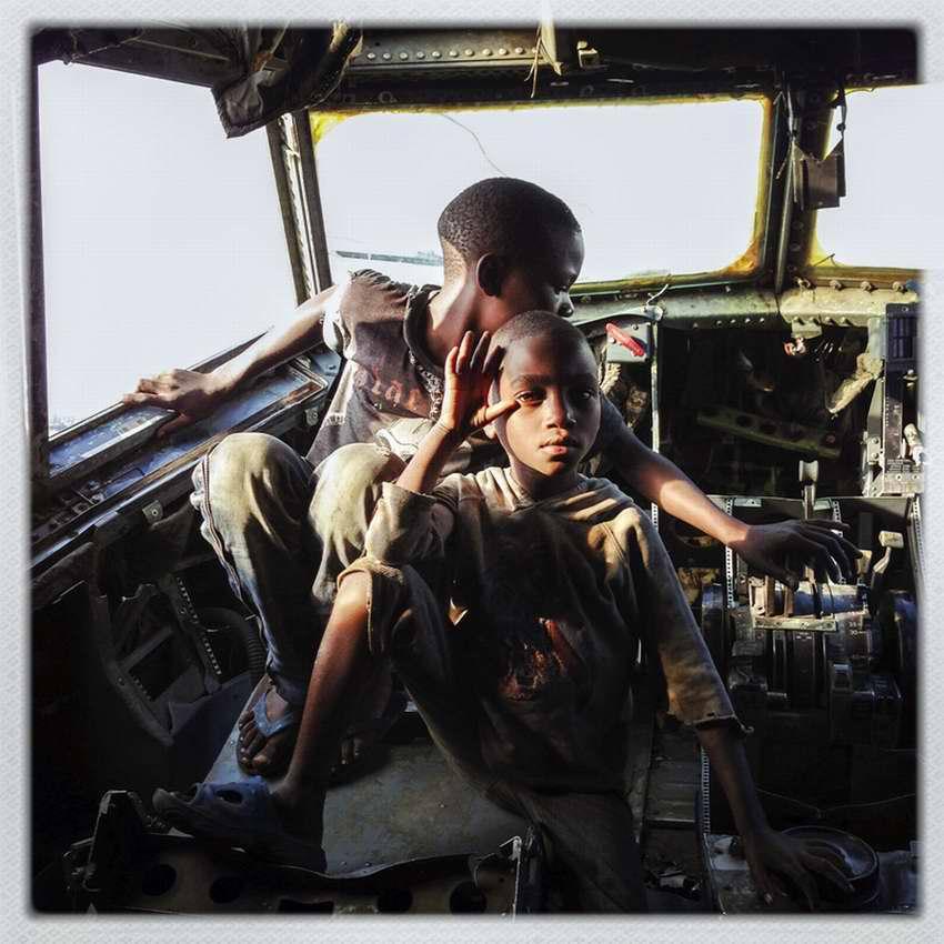 Африканские беспризорники на заброшеной стоянке самолетов в азропорту города Гома в Демократической Республике Конго (16)