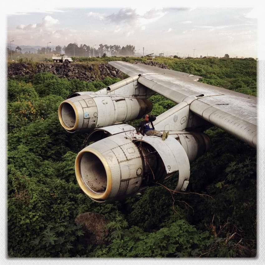 Африканские беспризорники на заброшеной стоянке самолетов в азропорту города Гома в Демократической Республике Конго (17)