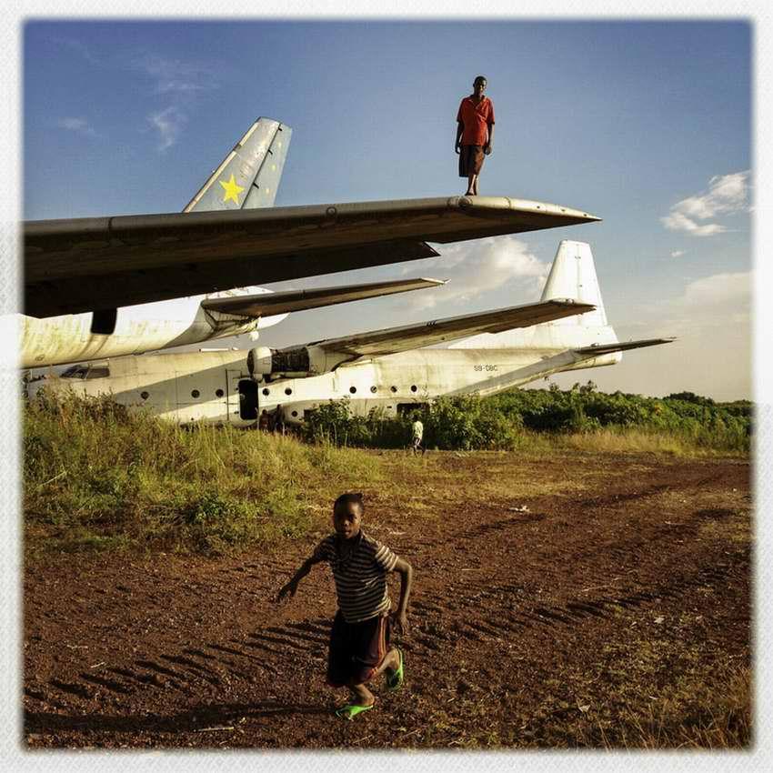 Африканские беспризорники на заброшеной стоянке самолетов в азропорту города Гома в Демократической Республике Конго (18)