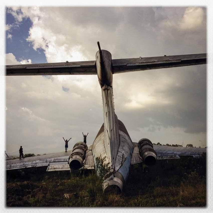 Африканские беспризорники на заброшеной стоянке самолетов в азропорту города Гома в Демократической Республике Конго (20)
