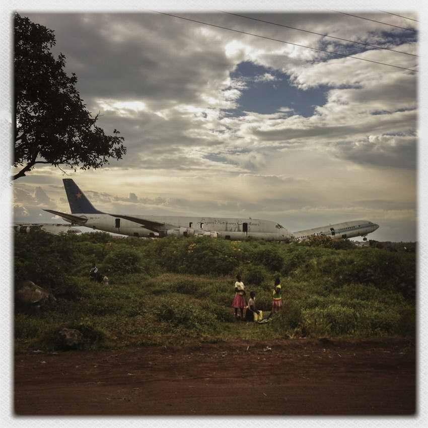 Африканские беспризорники на заброшеной стоянке самолетов в азропорту города Гома в Демократической Республике Конго (21)