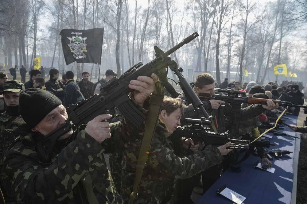 Курсанты осматривают образцы иностранного стрелкового оружия на специально организованной выставке (1)