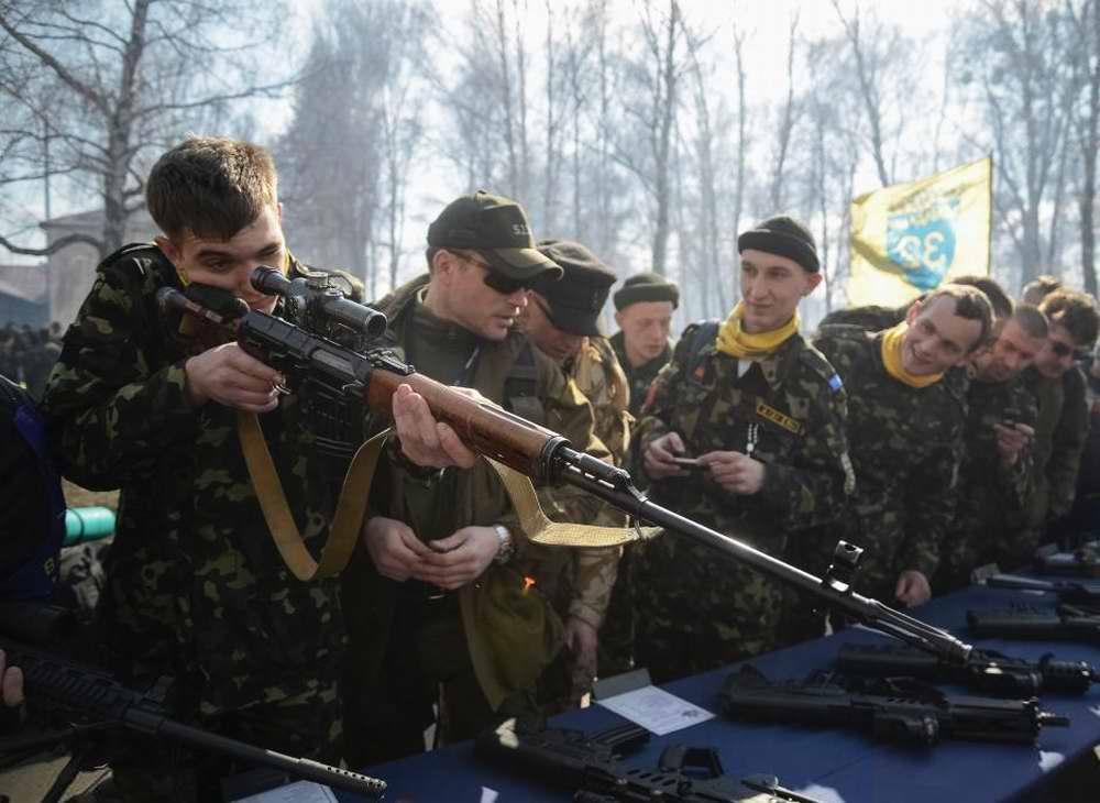 Курсанты осматривают образцы иностранного стрелкового оружия на специально организованной выставке (2)